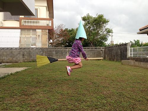 飛ぶ父娘。